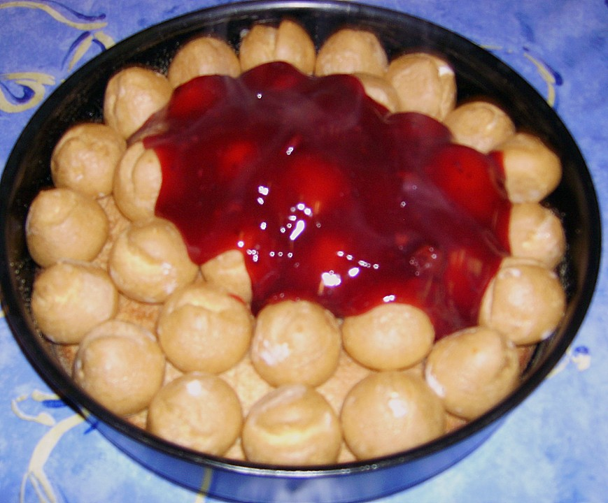 windbeutel dessert mit roter grütze