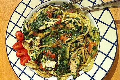 Pasta mit Tomaten-Spinat-Käse-Soße und Hähnchen 1