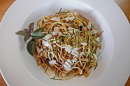 Zweierlei Spaghetti mit Pinienkernen, Minze und Pecorino