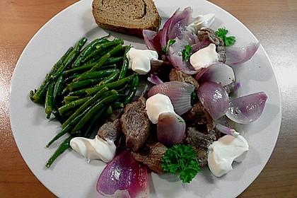 Lammfleisch mit roten Zwiebeln mit Joghurt
