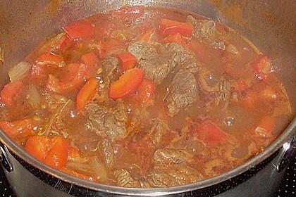 Gulasch vom Rind mit Schalotten und Paprika 27