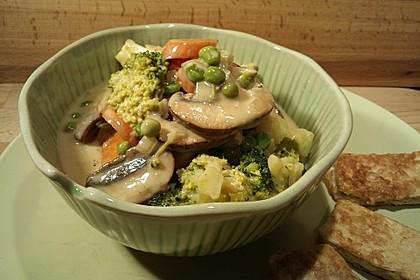 Brokkoli, Karotten und Pilze in Kokos-Curry-Sauce (Bild)
