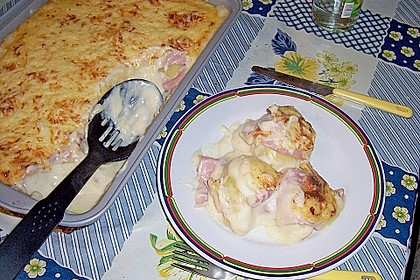 Mit Käse überbackene Kartoffeln und Schinken 4