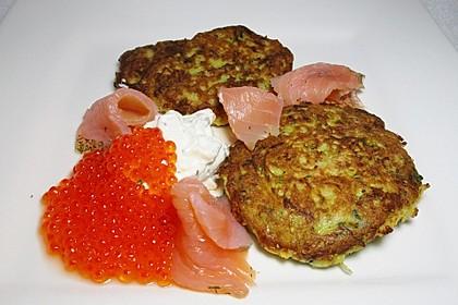 Kartoffel - Zucchini - Puffer mit Lachs, Kräuter Creme fraiche und Forellenkaviar 1