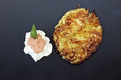 Kartoffel - Zucchini - Puffer mit Lachs, Kräuter Creme fraiche und Forellenkaviar