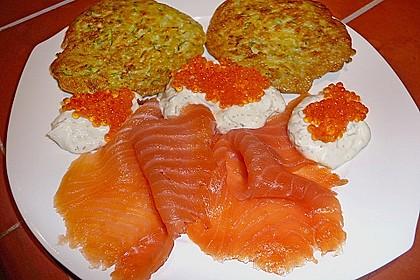 Kartoffel - Zucchini - Puffer mit Lachs, Kräuter Creme fraiche und Forellenkaviar 2