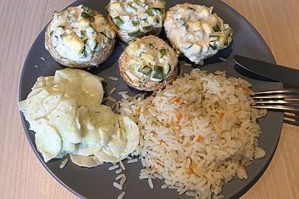 Vegetarisch gefüllte Champignons auf Reis