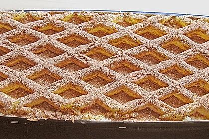 Mascarpone - Sahne - Schnitte mit frischen Erdbeeren und Biskuitgitter
