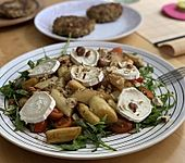 Salat mit gebratenem Spargel, Ziegenkäse, Rauke und Tomaten (Bild)