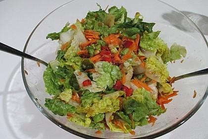 Gemischter Salat mit Pinienkernen und Honig - Senf - Dressing