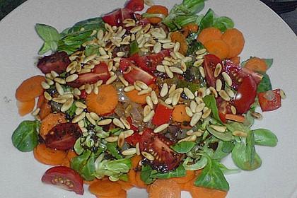 Gemischter Salat mit Pinienkernen und Honig - Senf - Dressing 10