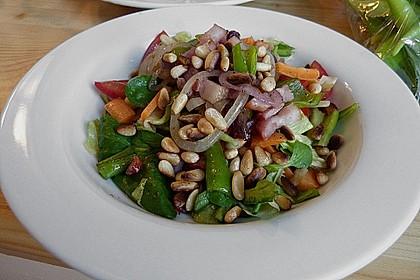 Gemischter Salat mit Pinienkernen und Honig - Senf - Dressing 8