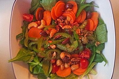 Gemischter Salat mit Pinienkernen und Honig - Senf - Dressing 21