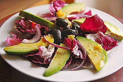 Radicchio mit Avocado und schwarzen Oliven