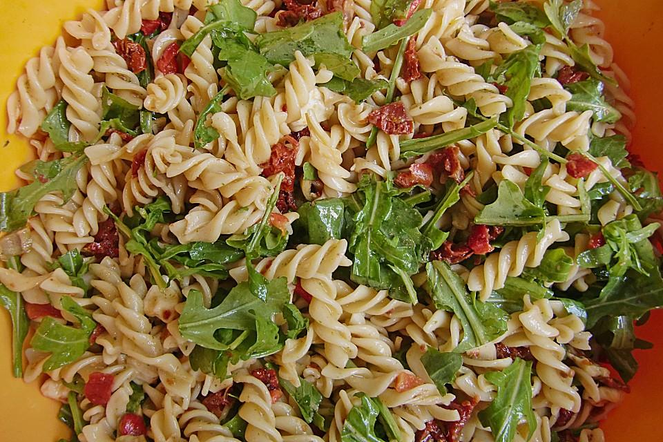 nudelsalat mit tomaten und rucola