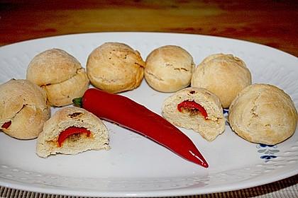 Gefüllte Chilischoten in Brotkruste