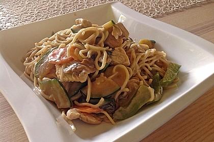 Chinesische Gemüsenudeln mit Putenfleisch und Kokos 1