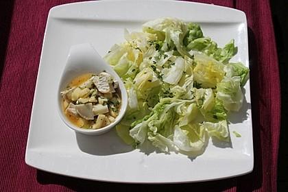 Eisberg - Mango - Salat mit einem Orangen - Limetten - Dressing und Minze