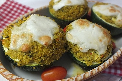 Mit Couscous gefüllte und überbackene Zucchini 2
