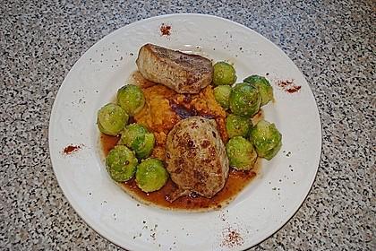 Schweinefilet auf Süßkartoffelpüree mit Lebkuchenjus und Rosenkohl 12