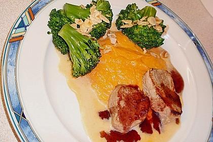 Schweinefilet auf Süßkartoffelpüree mit Lebkuchenjus und Rosenkohl 65