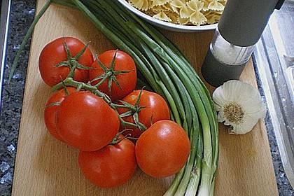 Nudeln mit Sauce aus frischen Tomaten, Knoblauch und Basilikum 4
