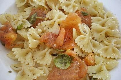 Nudeln mit Sauce aus frischen Tomaten, Knoblauch und Basilikum