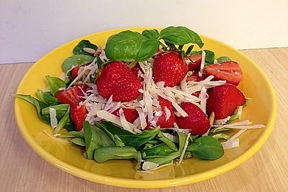Feldsalat mit marinierten Erdbeeren
