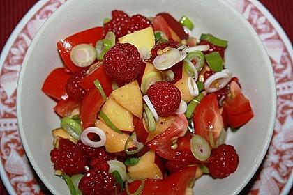 Sommerlicher Salat aus Tomaten, Nektarine und Erdbeeren