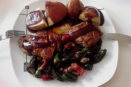 Nackensteak mit Pilzpfanne, Kartoffeln und Rotweinsoße
