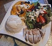 Früchteplatte herzhaft mit Blattsalat, Hähnchenbrust und Currydressing (Bild)