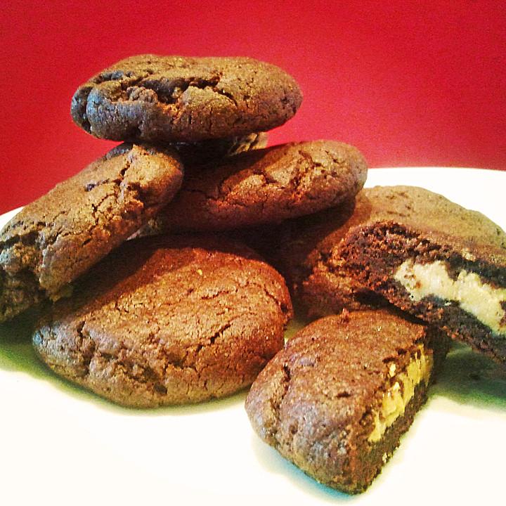 Schoko Cookies Mit Erdnussbutter Fullung Von Pinktroublebee