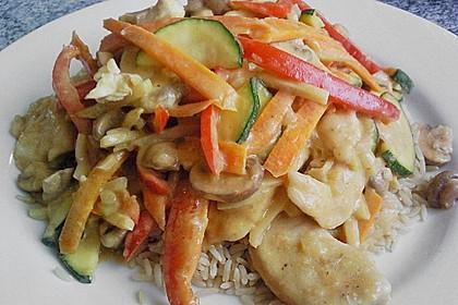 Hühnerfleisch mit Gemüse in thailändischer Currysoße