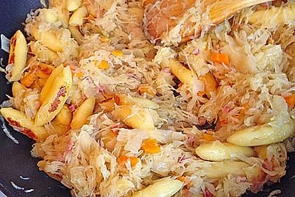 Schupfnudeln mit Sauerkraut und Speckwürfeln 31