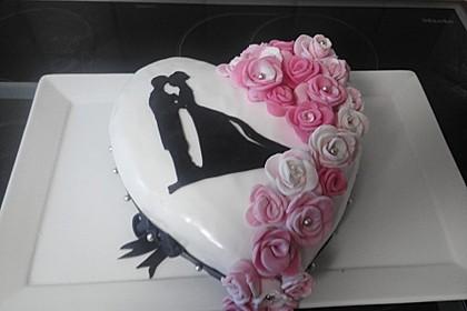 Festliche Torte mit Vanillecreme und Erdbeermousse 19