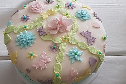 Festliche Torte mit Vanillecreme und Erdbeermousse 10