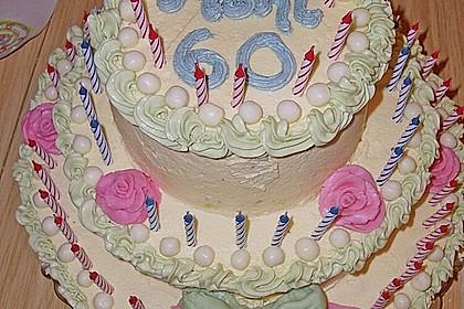Festliche Torte mit Vanillecreme und Erdbeermousse 30