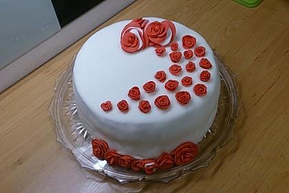 Festliche Torte mit Vanillecreme und Erdbeermousse 18
