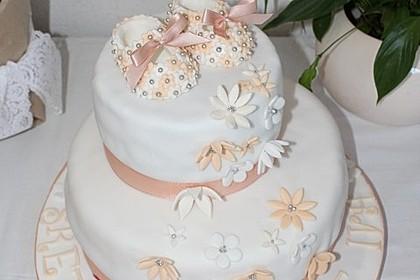 Festliche Torte mit Vanillecreme und Erdbeermousse 4