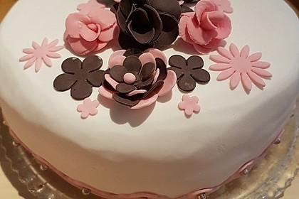 Festliche Torte mit Vanillecreme und Erdbeermousse 33
