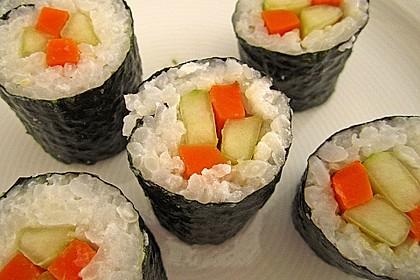 Sushi mit Möhren- und Gurkenfüllung