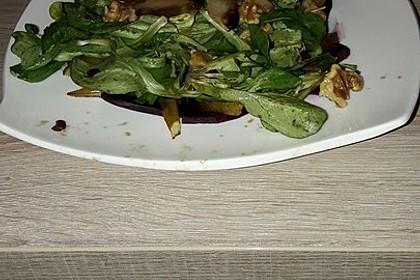 Carpaccio von Roter Bete mit Feldsalat, Birnen und Kürbiskernkrokant 45