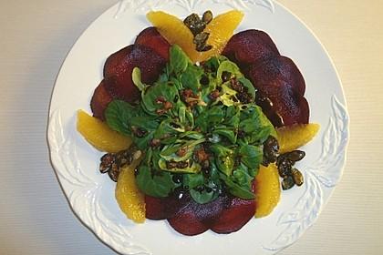 Carpaccio von Roter Bete mit Feldsalat, Birnen und Kürbiskernkrokant 8
