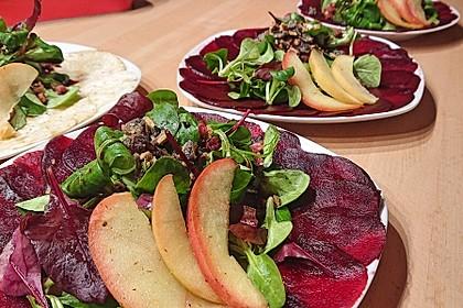 Carpaccio von Roter Bete mit Feldsalat, Birnen und Kürbiskernkrokant (Bild)