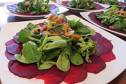 Carpaccio von Roter Bete mit Feldsalat, Birnen und Kürbiskernkrokant 3