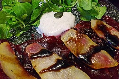 Carpaccio von Roter Bete mit Feldsalat, Birnen und Kürbiskernkrokant 35