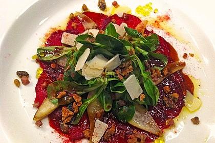 Carpaccio von Roter Bete mit Feldsalat, Birnen und Kürbiskernkrokant 13