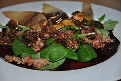 Carpaccio von Roter Bete mit Feldsalat, Birnen und Kürbiskernkrokant 7