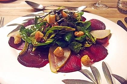 Carpaccio von Roter Bete mit Feldsalat, Birnen und Kürbiskernkrokant 23