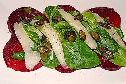 Carpaccio von Roter Bete mit Feldsalat, Birnen und Kürbiskernkrokant 17